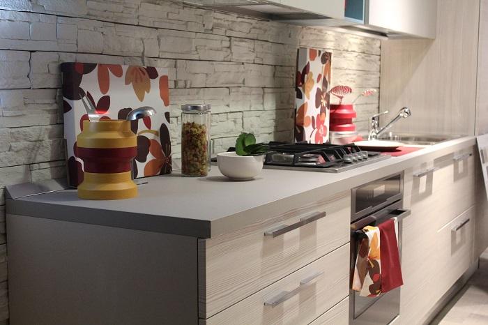 Malé kuchyně s velkou linkou